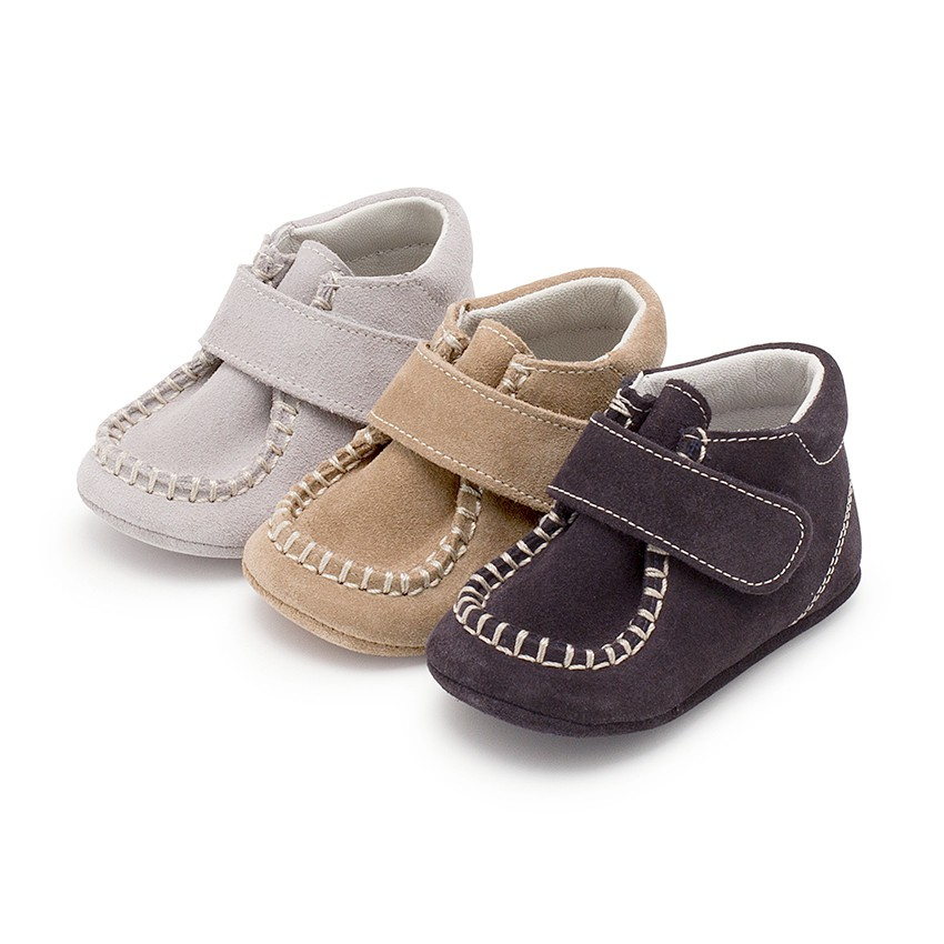 Baby booties in suede with loop fasteners fastenings