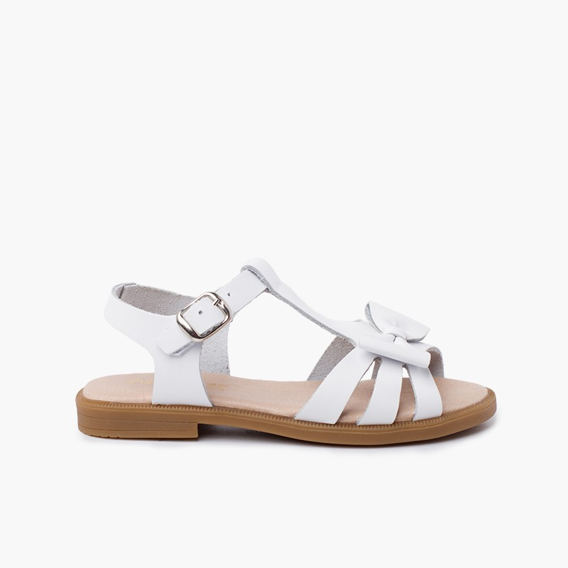 Girl leather sandal with buckle closure